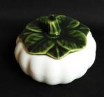 Molheira com tampa em porcelana na forma de abóbora moranga.