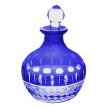 Perfumeiro em cristal com ricos lapidados em maravilhoso tom azul. Medida 10 cm de altura.