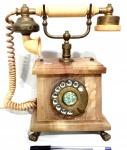 Antigo telefone de disco, com estrutura produzida em Alabastro e com guarnições metálicas, maior comprimento 26 cm, peso aproximado 15 kg, não testado.