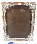 Belíssimo porta retrato produzido em madeira com guarnições metálicas, em estilo Rocaille, medidas 29x23cm.