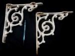 Par de mãos francesas produzidos em ferro, em estilo Rocaille, maior comprimento 29cm.