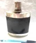 Garrafa para bebidas produzida em metal espessurado a prata, da marca Wolf, altura 15cm.
