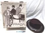 Chapéu da marca Prada, acomodado em sua embalagem original, sem uso, item muito bem conservado, tamanho 56, maior comprimento 30 cm, medidas da caixa 37X34X14 cm, princípio do século XX.