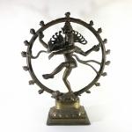 """SHIVA NATARAJA  """"""""Senhor da Dança"""""""" -  Grande e robusta escultura em bronze maciço com ricos detalhes. Exemplar antigo e em excelente estado. Dimensões: 37 cm x 32 cm x 11 cm / Peso: 4kg . NATARAJA, O Rei da Dança, é uma representação do Shiva como o dançarino cósmico, que apresenta sua dança divina para destruir o que for necessário no universo e assim poder fazer a preparação para o Deus Brahma começar o processo de criação."""