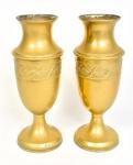 Antigo e belo Par de vasos  metal amarelo. Base circular,  bojo no feitio balaústre. Decoração representam frutos, folhas, flores, fita e perolados. Dimensões: 31 cm altura.