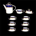 """""""SCHMIDT - Elegante conjunto para chá em fina porcelana esmaltada, decorada  com faixas azul cobalto e faixas em alto relevo  gravadas à Ouro 22k. Total de  15 peças. Bule, leiteira, açucareiro, 6 xícaras e 6 pires. Dimensões da maior peça: Buyle  19 cm x 24 cm."""""""