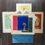 Dois posters exclusivo para assinantes do Globo e 8 impressões em papel vergê assinado Jo - Concepção de Jordan. Textos do Valentim Valente. Dimensões: 43 cm x 31,5 cm (Maior gravura)