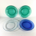 Conjunto com 4 pratos, translúcidos e nas cores verde e azul. Marcas de uso. Dimensões: 19 cm diâmetro.