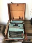 OLIVETTI STUDIO 44 - Antiga máquina de escrever, anos 50,  com maleta de transporte original. Mecanismo funcionando. Revestimento com desgastes. Dimensões totais. 15 cm x 35 cm x 40 cm.
