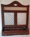 Pequena VITRINE DE PAREDE em madeira. Portas e acabamento em vidros. Necessita restauros e substituição do vidro do acabamento. Medidas 62x52x10 cm . No estado.