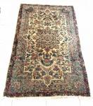 Tapete persa floral com tons bege, azul e rosa. Em bom estado. Apresenta pontos de desgaste. Medida: 210x120 cm.