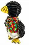Escultura de pinguim feito com miçangas coloridas e metal do GATOS DE RUA. Em bom estado. Medida: 26 cm.