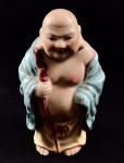 Escultura chinesa de porcelana branca pintada representando sábio segurando cajado. Em ótimo estado. Medida: 10x6x4 cm.