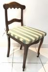 Cadeira em madeira nobre com assento em palha sintética. Acompanha almofada listrada. No estado. Necessita de lavagem. Medida: 87,5x43x46 cm.