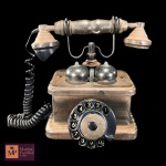 COLECIONISMO - ANTIGO TELEFONE DE MESA  COM CAIXA EM MADEIRA  - FUNCIONANDO - MED:  23 X 26 X 13 CM. APRESENTA  OXIDAÇÃO NAS PARTES DE METAL.