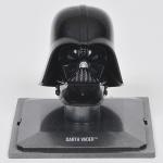 COLECIONISMO - STAR WARS - Miniatura de capacete de coleção francês da famosa série guerra nas estrelas em material sintético finamente policromado retratando Darth Vader. Med: 7 x 5cm