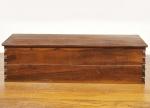DESIGN - Grande baú em jacarandá maciço dos anos 1960 entalhado ao gosto Sérgio Rodrigues. Med: 125 x 40 x 38cm