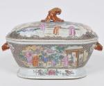 COMPANHIA DAS ÍNDIAS - DINASTIA QING (1644 - 1912) - Reinado Qianlong (1736 - 1796) - Raríssima sopeira com tampa em Porcelana Chinesa dito pasta dura, Esmaltes da Família Rosa. (Desgastes do tempo) Med: 36 x 22 x 20cm