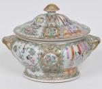 COMPANHIA DAS ÍNDIAS - DINASTIA QING (1644 - 1912) - Reinado Qianlong(1735 - 1796) - Raríssima sopeira com tampa em Porcelana Chinesa dito pasta dura, Esmaltes da Família Verde. Med: 37 x 26 x 22cm