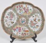 COMPANHIA DAS ÍNDIAS - DINASTIA QING (1644 - 1912) - Reinado Daoguang(1821 - 1850) - Raríssima petisqueira em Porcelana Chinesa dito pasta dura, Esmaltes da Família Rosa. Med: 27 x 24cm