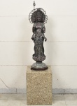 DEUSA UNSHNISHAVIJAYA - Extraordinária, grande e antiga escultura em cloisonné Sino-Tibetana dos Século XVIII / XIX - executada em bronze e metal finamente esmaltado e patinado, Adornada com rubis .Acompanha base retangular em granito rajado. Med da Escultura: 100cm