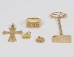 JÓIA - OURO 18K - Lote composto por 05 peças em ouro 18k sendo um anel cinzelado (2,5cm), dois pingentes redondos (1cm) 01 pingente em forma de cruz (5 x 3cm) e 01 pingente em forma de cartão cinzelado (8 x 2cm) Peso total em ouro: 23 gramas