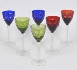 Lote composto por 06 taças para vinho de fuste alto em cristal lapidado com cabochões e frisos com fuste facetado sendo 02 na cor azul, 02 na cor rubi e 02 na cor verde. med: 22cm