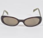 TOMMY HILFIGER - Óculos de sol  com armação em metal e material sintético. Med: 13 x 3,5cm