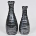Lote composto por 02 vasos floreiras em cerâmica esmaltada e vitrificada decorada em nuances nos tons cinza e negro. Med do maior: 38cm