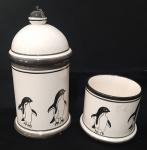 Dois potes em cerâmica pintada a mão, um com tampa e outro sem, motivo pinguim - Diâmetro: 9 cm  e Altura:  19 cm e 8 cm( maior com mínimo bicado )