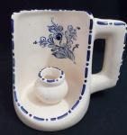 Porta vela em cerâmica pintado a mão com delicado desenho de flores em tom azul - Diâmetro: 9 cm e Altura: 11 cm