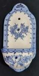 Lindo porta água benta, peça para decoração em louça, estilo desenho português em tom azul - Medidas: 12x24 cm