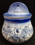 Saleiro em louça  estilo português , pintado a mão em tom de azul - Medidas: 14x11x16 cm Lote com defeito na pintura na parte inferior.