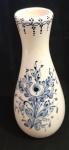 Jarro em louça pintado a mão com lindas flores em tom de azul - Altura:  23 cm
