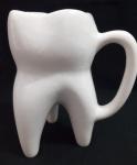 Caneca em  louça forma de dente confeccionada em louça - Altura: 15 cm