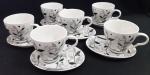 Belíssimo conjunto de seis xícaras de chá  em porcelana branca com decoração folhas e  seis pires alongado para biscoitos. Medidas:  13 cm ( pires) , Diâmetro: 8 cm ( boca xicara)- Lote com uma xicara com pequeníssimo bicado na base inferior da xicara.