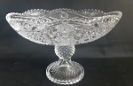 Elegante centro de mesa com pé em vidro deni cristal, todo trabalhado - Medidas: 23x16x 15 cm