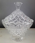 Bombonier em vidro de excelente qualidade  com delicado acabamento e linda lapidação Medidas: -17x14x20 cm