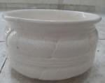 Vaso em cerâmica na cor branca, antigo, com riqueza de detalhes. Marcas de uso e com rachaduras.
