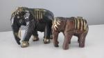 Par de elefantes decorativos confeccionado em material sintético - Medidas: 11x5x9 cm e 7x4x6cm