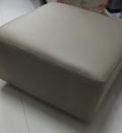 Puf em material sintético com duas rodinhas - Medidas: 70x70x30 cm