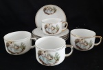 Belíssimas xicaras de chá em porcelana São Caetano com cenas galantes. Contendo 05 pires e 4 xicaras., Lote com uma xicara e pires com fio de cabelo e bicado.