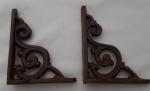 Par de cantoneiras em ferro com linda fundição. Medidas:  12x15 cm.