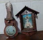 Dois enfeites em madeira - Medidas: 23x26 cm e Altura: 38 cm