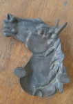 Cinzeiro antigo decorado com desenho em forma cabeça de cavalo em alto relevo  - Medidas: 20x16 cm