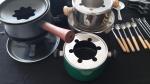 Aparelho de fondue com varias  peças.