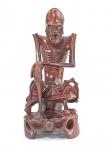 """Rara e antiga escultura chinesa  retratando BODHIDHARMA (Garuma) em madeira rosewood, olhos e dentes em osso, Med. 28 cm. Bodhidharma foi um monge budista lendário que viveu durante o século V ou VI. Ele é tradicionalmente considerado o transmissor do budismo para a China e considerado o primeiro patriarca chinês . De acordo com a lenda chinesa, ele também iniciou o treinamento físico dos monges do Mosteiro Shaolin que levou à criação do kungfu Shaolin . No Japão, ele é conhecido como Daruma. Seu nome significa """" dharma do despertar em sânscrito."""