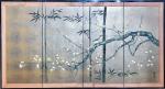 MESTRE TOMINAGA JYUHO - Belíssimo painel oriental composto por quatro partes articuladas com pintura de flores e pássaros sobre fundo dourado. Arremates em latão nos cantos. Acompanha fixadores em metal para manter aberto e suporte para pendurar. Med. 92 x 168 cm de comprimento.  VEJA PREÇOS E OUTRAS OBRAS -----------> https://www.teamwakon.com/products/tominaga-jyuho-japanese-traditional-hand-paint-byobu-gold-leaf-folding-screen-x109-free-shipping