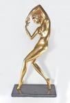 ART DECO - Anos 30/40 - Dançarina - Grande escultura em metal com douração a ouro, base em granito negro, no estilo das obras de KARL HAGENAUER. Med. 54 cm x 11 cm x 28 cm. Oxidações do tempo.
