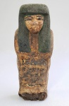 ARTE EGÍPCIA - Muito antiga tampa de pequeno sarcófago feminino em cartonagem e fibra de papiro. Possivelmente infantil. Presença de hieróglifos ao longo da parte frontal, perdas e desgastes. Período não identificado. Algumas cores ainda visíveis, como a predominância de verde no adorno do cabelo. Peça para estudo e análise. Med. 23 x 09 x 05 cm.